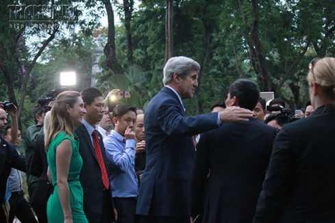 Ngoại trưởng Mỹ John Kerry rất thân thiện với người dân Việt Nam. (ảnh: Thanh niên)