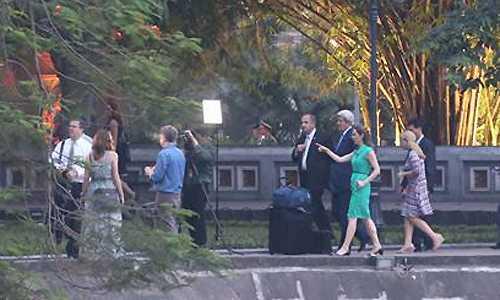 Ngoại trưởng Mỹ vừa đi vừa trò chuyện vui vẻ. (ảnh: Vnexpress)