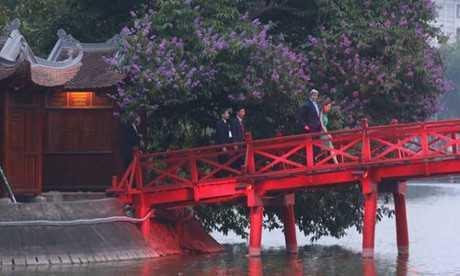 Ngoại trưởng Mỹ đi qua cầu Thê Húc vào thăm đền Ngọc Sơn. (ảnh: Dân Việt)