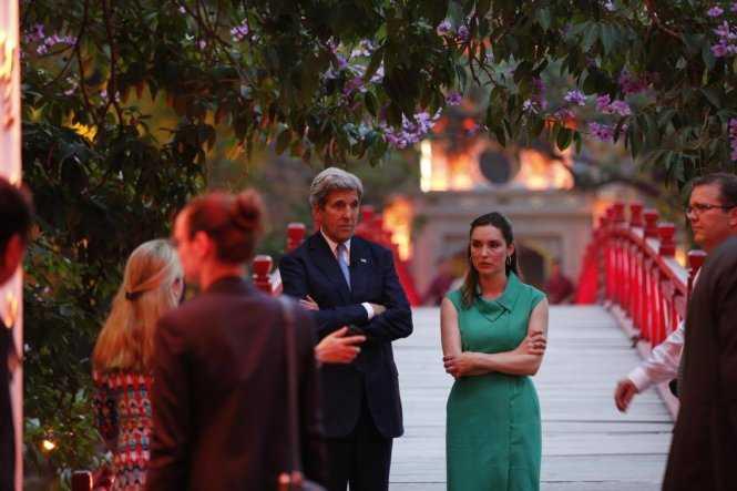 Sau khi thăm đền Ngọc Sơn, Ngoại trưởng Mỹ đứng nói chuyện cùng phóng viên quốc tế. (ảnh: Dân Việt)