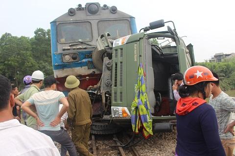 Khoảng 10 giờ 20 ngày 7/4, trên tuyến đường sắt Bắc Nam đoạn qua địa bàn xã Diễn Hồng (huyện Diễn Châu - Nghệ An) đã xảy ra vụ tai nạn giữa tàu hàng HH5 và xe tải chở đá