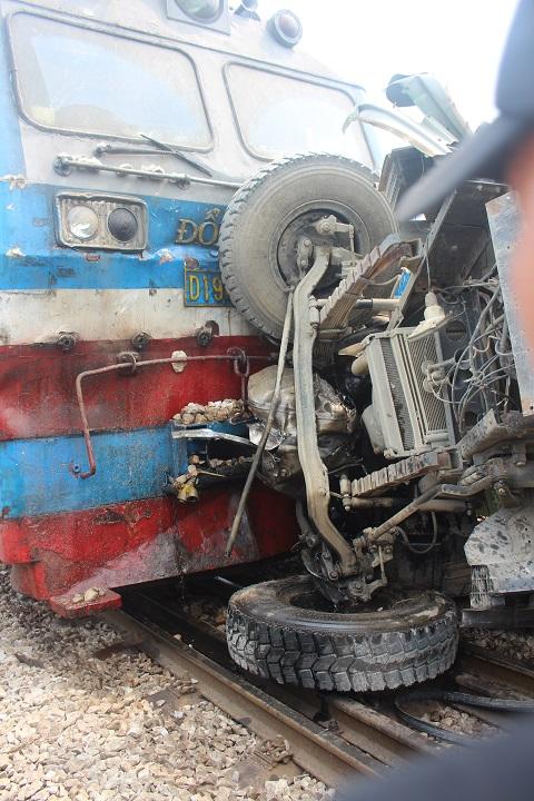 Cú tông khiến xe tải lật ngang đường ray