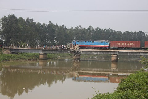 Đến khoảng 11 giờ 45, do xe mắc kẹt giữa đường ray và nằm chênh vênh nên công tác cứu hộ gặp nhiều khó khăn. Cơ quan chức năng tạm thời xử lý cho xe rơi xuống sông để thông tuyến đường sắt Bắc Nam