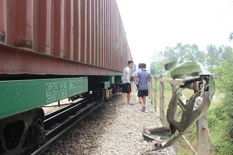 Phía trước đầu xe tải nơi gắn biển số 37C-16938 mắc vào hàng rào sắt phía Tây