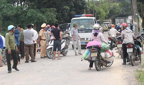 Người dân kéo đến xem ngày một đông, buộc lực lượng CSGT Công an huyện Diễn Châu phải điều xe và cán bộ đến giải tỏa ách tắc giao thông