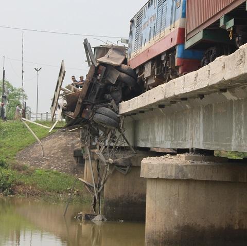 Anh Thông nghĩ chiếc xe tải sẽ bị đẩy rơi xuống sông nhưng rất may nó mắc kẹt lại, nếu không tài xế cũng chìm trong nước