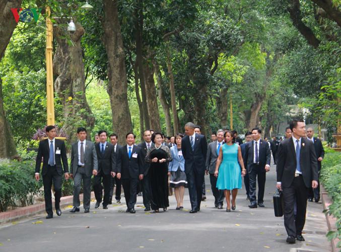 Tổng thống Obama cùng Chủ tịch Quốc hội Nguyễn Thị Kim Ngân đi bộ từ Phủ Chủ tịch sang thăm Nhà sàn Chủ tịch Hồ Chí Minh. Ảnh: Lê Tuyết