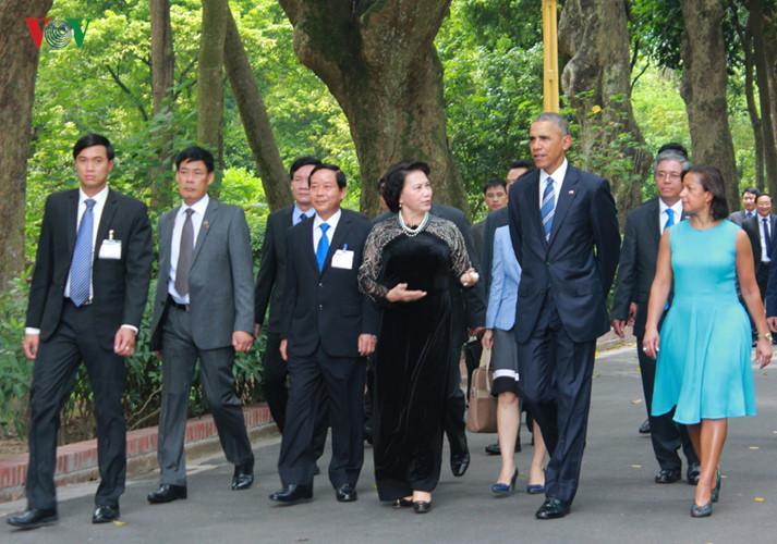 Trên con đường rợp bóng cây, Tổng thống Obama và Chủ tịch Quốc hội Nguyễn Thị Kim Ngân đã trao đổi với nhau. Ảnh: Trọng Đức/TTXVN
