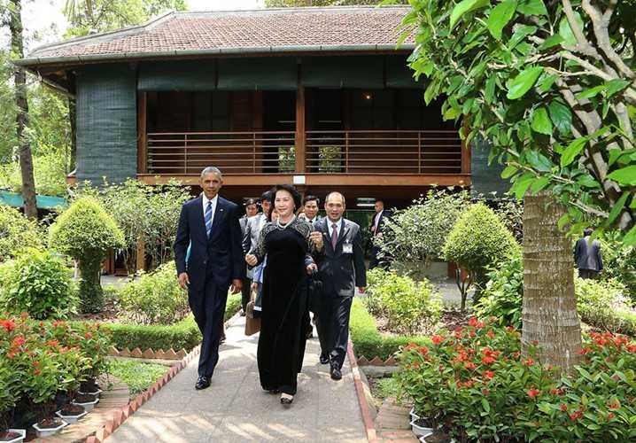 Sau đó, Tổng thống Obama và Chủ tịch Quốc hội Nguyễn Thị Kim Ngân tiến ra phía ao cá Bác Hồ. Ảnh: Trọng Đức/TTXVN