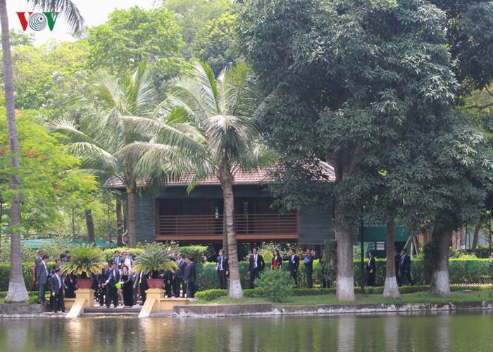 Tổng thống Obama và Chủ tịch Quốc hội Nguyễn Thị Kim Ngân cùng cho cá ăn. Ảnh: Lê Tuyết