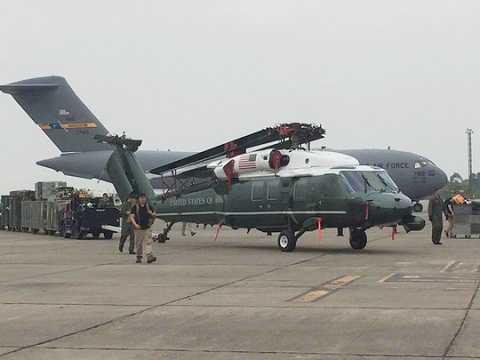 Máy bay vận tải hạng nặng Boeing C17 của Không quân Mỹ chở trực thăng Marine One hạ cánh xuống Nội Bài