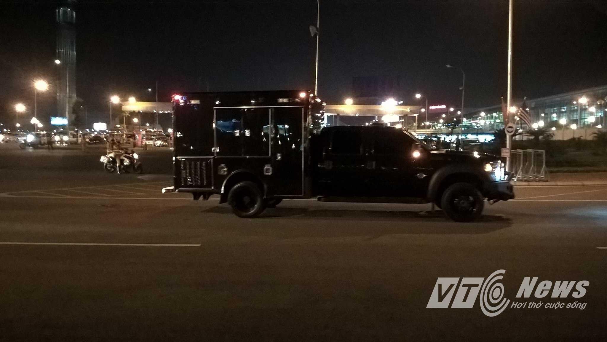 Nhiều xe chuyên dụng, xe bọc thép cũng đi hộ tống xe chở Tổng thống Mỹ