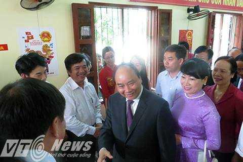 Sau khi bỏ phiếu, Thủ tướng đã có thời gian trò chuyện, thăm hỏi cử trị thị trấn Vĩnh Bảo (Hải Phòng) (Ảnh: Minh Khang)