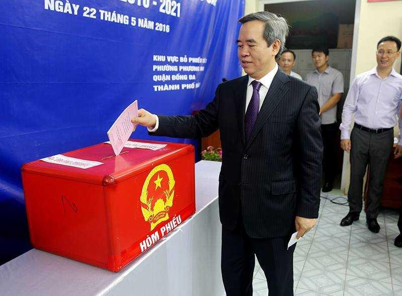 Ông Nguyễn Văn Bình - Uỷ viên Bộ chính trị, Trưởng ban Kinh tế trung ương có mặt rất sớm tại khu vực bỏ phiếu số 3, phường Phương Mai, quận Đống Đa, Hà Nội.