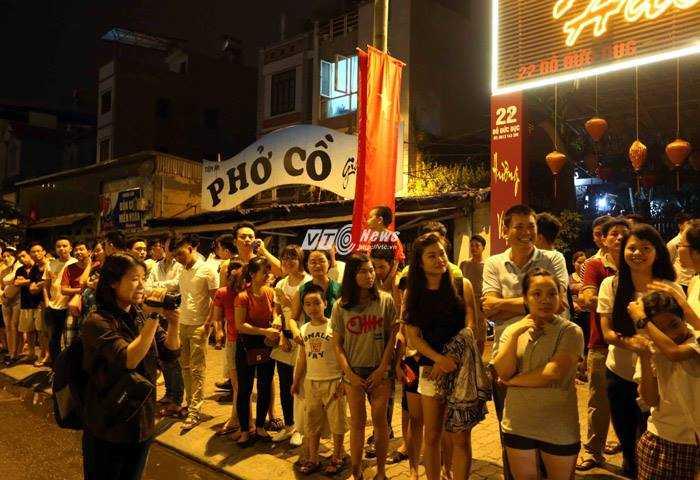 Nhiều người dân tập trung chờ đón đoàn xe của tổng thống Mỹ (Ảnh: Quang Minh)