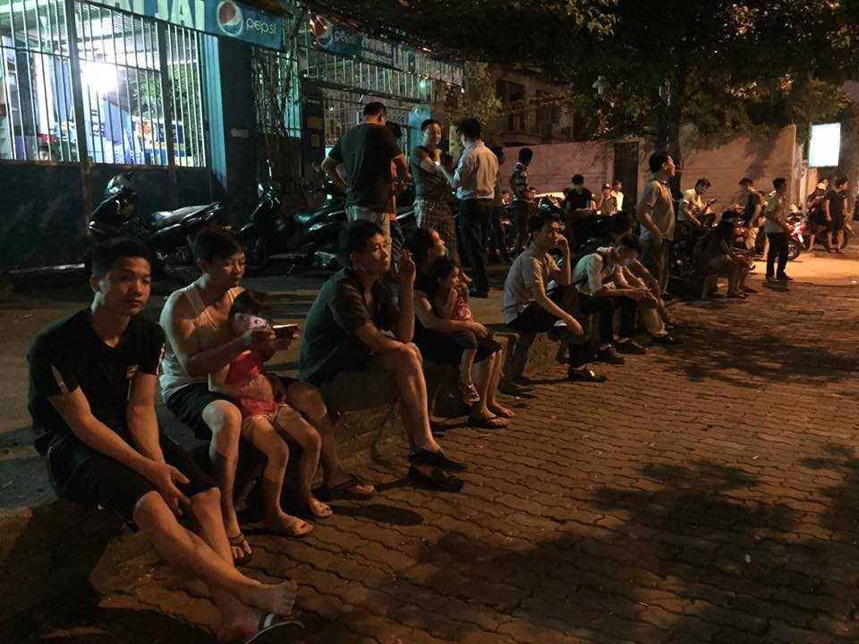 Người dân tập trung chờ đón đoàn xe (Ảnh: Quang Minh)