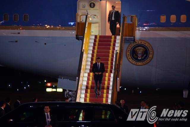 Tổng thống Obama xuống sân bay - Ảnh: Tùng Đinh