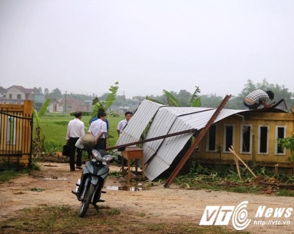 Một dãy lớp học Trường THCS Phong Hiền cũng bị lốc giật