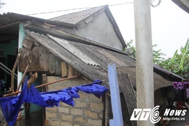 Có nhiều hộ dân mới vay tiền để sửa chữa nhà thì giờ đây chưa trả xong nợ thì đã bị lốc xoáy thổi bay.
