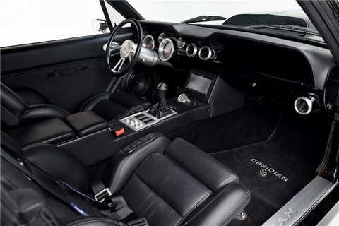 Tương tự, ở bên trong nội thất của   chiếc xe cũng đã có 17 panel được Autoworks International chế tạo riêng,   kèm theo hàng loạt các tiện nghi hiện đại như ghế có sưởi/chỉnh điện   toàn phần, hệ thống thông tin giải trí có tính năng định vị GPS...