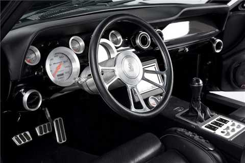 Nhiều chi tiết trong cabin của Obsidian   SG-One đã được tạo ra bằng công nghệ tiện CNC từ nhôm nguyên khối như   vành vô lăng, vành các đồng hồ chỉ bảo, bảng đồng hồ trung tâm... trong   khi nội thất của chiếc xe được bọc da cao cấp hoàn toàn.