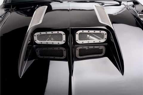 Trên nắp ca-pô, một khe hút gió cực   lớn đã được độ thêm để dẫn khí tới 2 bộ làm mát nằm trên 2 siêu nạp của   động cơ V8 có dung tích lên tới 8.4 lít. Bản thân khối động cơ này cũng   đã được Autoworks International độ