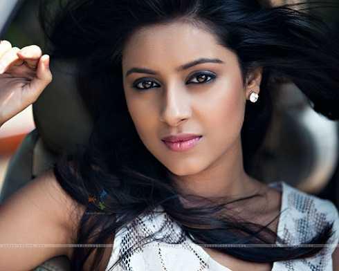 Truyền thông Ấn Độ cho hay,Ajaz Khan nhận thấyPratyusha Banerjee đã thay đổi hoàn toàn kể từ khi bắt đầu mối quan hệ vớiRahul Raj Singh. Trong lần gặp gỡ cuối cùng giữa hai người, nữ diễn viên có vẻ rất sợ hãi và liên tục để mắt trông chừng bạn trai.