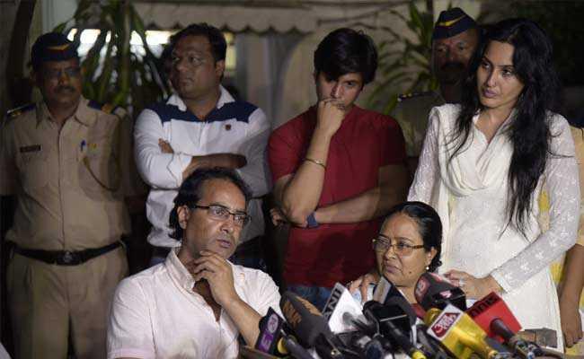 Cha mẹ Pratyusha bức xúc lên tiếng trước báo giới