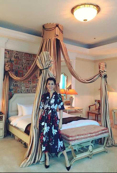 Kỳ Duyên tạo dáng trong căn phòng Tổng thống trong một khách sạn sang ở Hà Nội.