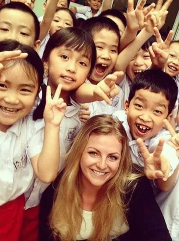 Stephanie chụp ảnh cùng học trò Việt Nam