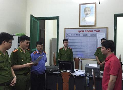 Cơ quan Điều tra đọc lệnh bắt tạm giam ông Trần Hiếu - Cán bộ Trung tâm Phát triển quỹ đất quận Hồng Bàng (bên phải)