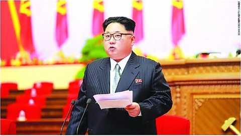 Chủ tịch Triều Tiên Kim Jong-un trong bộ vét Tây phát biểu tại Đại hội Đảng lần thứ 7