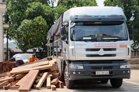Chiếc xe và số gỗ bị bắt giữ tại Chi cục Kiểm lâm Đắk Nông.