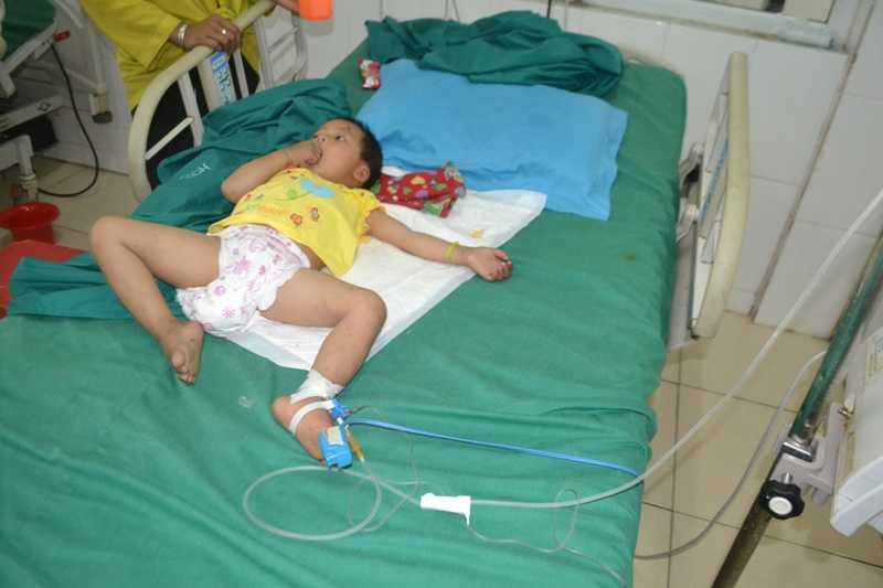 Cháu Hương đang điều trị tại bệnh viện