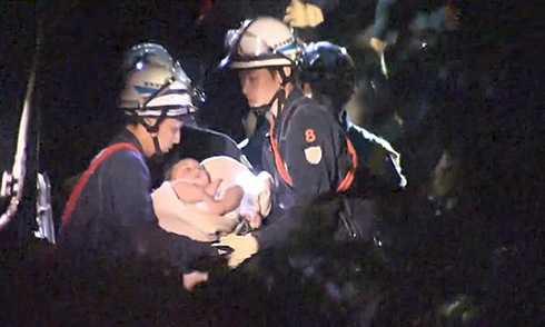 Em bé được cứu sau trận động đất.