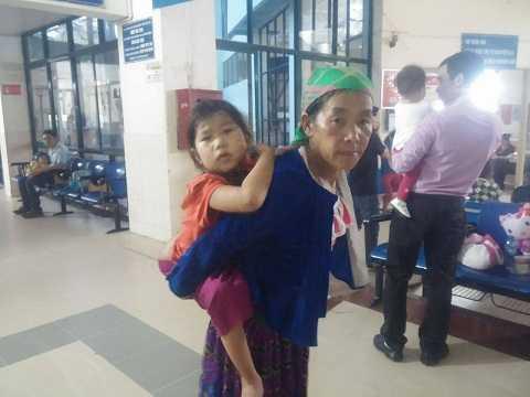 Cháu Ly Thị Lúa và mẹ tại bệnh viện Nhi Trung ương