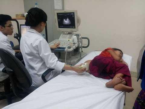 Cháu Ly Thị Lúa được các bác sĩ bệnh viện Nhi Trung ương khám sơ bộ ngay khi đến Hà Nội.