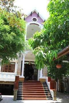 Ngôi nhà của Minh Béo ở cùng mẹ và anh trai nằm trên đường Trần Nhân Tông (Q.10, TP HCM). Ngôi nhà của nghệ sĩ hài này sang trọng và thu hút mọi người bởi nội thất bằng gỗ. Các thiết kế trang trí trong nhà đều tận dụng tối đa chất liệu này.