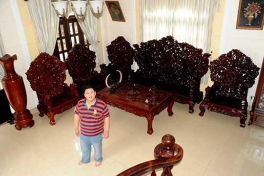 Bên trong ngôi nhà Minh Béo trưng bày nhiều vật trang trí từ đồng hồ cổ, đầu bò tót và nhất là bộ bàn ghế gỗ có kiểu dáng lạ