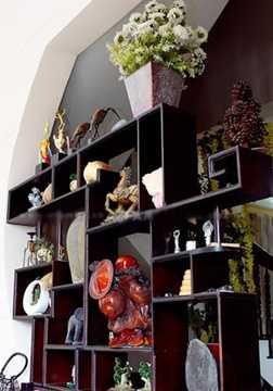 Kệ trưng bày đồ cổ và các tác phẩm nghệ thuật mà Minh Béo sưu tầm được.