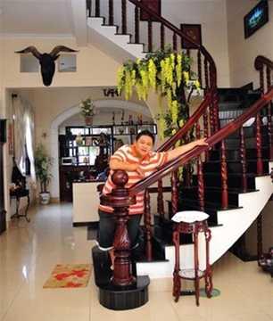 Nghệ sĩ hài này chọn nội thất gỗ chủ đạo giúp căn nhà nổi bật và sang trọng hơn.