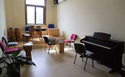 Nhà tù được trang bị đầy đủ các nhạc cụ âm nhạc từ trống cho đến piano.
