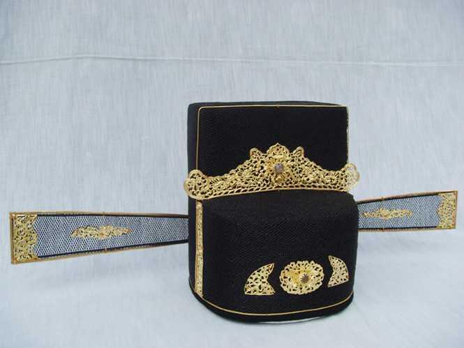 Chiếc mão có đính vàng được tìm thấy khi quai quật lăng Ông anh năm 1962. Ảnh tư liệu của Bảo tàng lịch sử TP.HCM