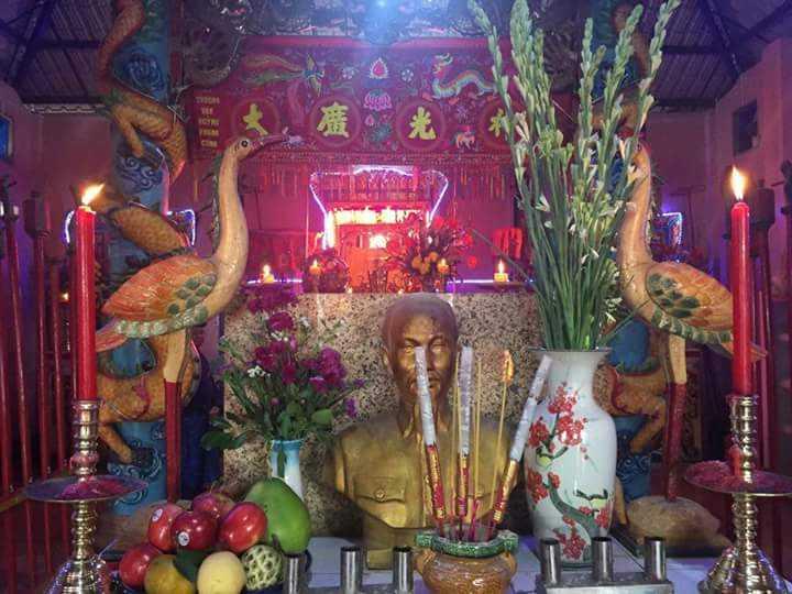 Bàn thờ linh vị hai ông Thống chế và Tiền chi bên trong chánh điện của đình. Ảnh : Ngọc Quốc