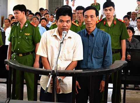 Tòng và Bình (áo xanh) ra tòa một năm trước. Ảnh: Lao Động.
