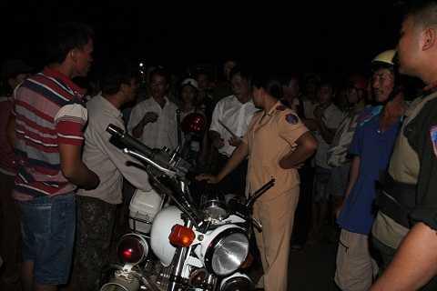 Người dân bức xúc chặn đầu xe của CSGT tại hiện trường- Ảnh:NH