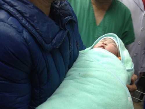 Em bé đầu tiên sinh ra nhờ mang thai hộ tại Việt Nam
