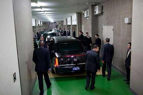 Đoàn tùy tùng hùng hậu tháp tùng ông Obama đến khách sạn Okura, Tokyo, năm 2009
