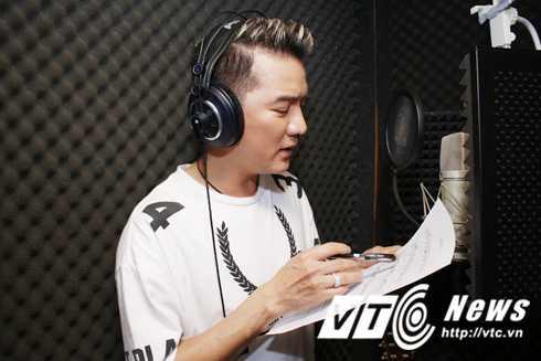 Đàm Vĩnh Hưng đến phòng thu ngay tại quận Bình Thạnh để thực hiện bản thu cho ca khúc mới