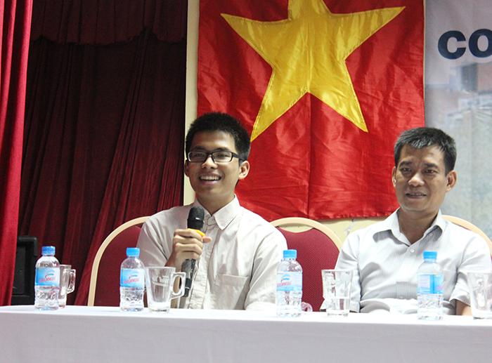 Bạn Lê Tấn Phát cùng người bố tại buổi hội thảo.
